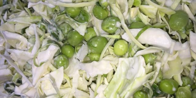 Spidskål med friske ærter i lime dressing