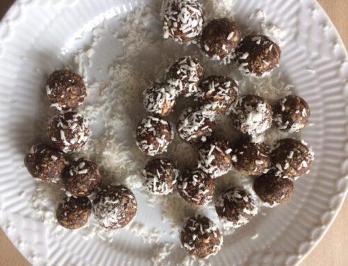 Dadelkugler med kakao, mandler og græskarkerner