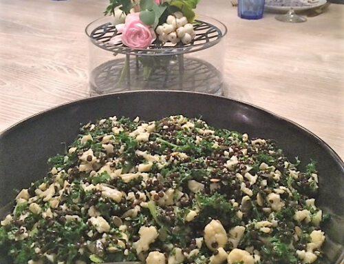 Marineret grønkål med græskarkerner