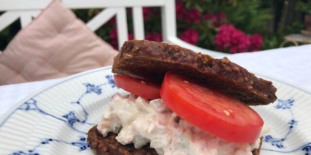 Tunsalat med rødløg og kapers